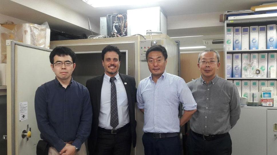 O diretor geral do CIRAT visita o laboratório da Hado-life em Tóquio